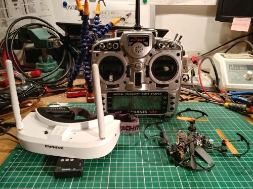 Le trio du FPV : racer, lunettes et radio !